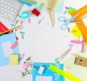 De nouveau au fond d'école (EPS+JPG) Articles pour l'école sur une table Photo stock