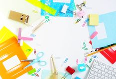 De nouveau au fond d'école (EPS+JPG) Articles pour l'école sur une table Photos stock