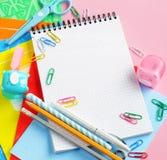 De nouveau au fond d'école (EPS+JPG) Articles pour l'école sur une table Image libre de droits