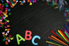 De nouveau au fond d'école (EPS+JPG) Fournitures scolaires sur le tableau Photo stock