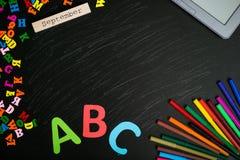 De nouveau au fond d'école (EPS+JPG) Fournitures scolaires sur le tableau Photo libre de droits