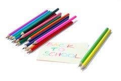 De nouveau au signe d'école avec des crayons Images libres de droits