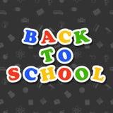 De nouveau au texte coloré d'école sur le fond foncé avec des icônes Photos stock