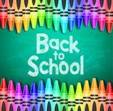 De nouveau au texte d'école sur le fond vert de tableau avec différents crayons colorés Image stock