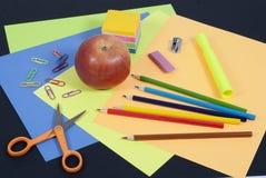 De nouveau aux approvisionnements d'art d'école sur le fond noir Images libres de droits