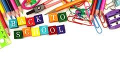De nouveau aux blocs en bois d'école avec la frontière de fournitures scolaires Photographie stock