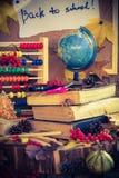 De nouveau aux cadeaux d'automne de fournitures scolaires d'école Photos stock