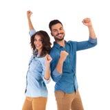 De nouveau aux couples heureux arrières célébrant la victoire Photos libres de droits