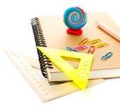 De nouveau aux fournitures scolaires avec le carnet et les crayons. Écolier a Photographie stock libre de droits