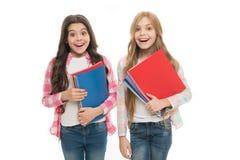 De nouveau aux livres d'école à partager Peu écoliers tenant des carnets Petites filles adorables avec l'exercice d'école photo stock
