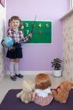 De nouveau aux nombres et au globe de conseil pédagogique de petite fille d'école Images libres de droits