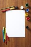 De nouveau aux peintures et aux crayons lecteurs de garniture d'art de pupilles d'école Photo stock