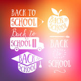 De nouveau aux signes colorés de lettrage de griffonnage d'école : autobus, pomme, crayon De nouveau au logo d'école Carte de voe illustration de vecteur