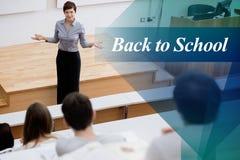 De nouveau à l'école contre le professeur se tenant parlant aux étudiants Photographie stock libre de droits