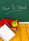 De nouveau à l'école écrite sur le tableau. Images libres de droits