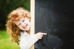 De nouveau à l'école Fille au tableau noir Concept éducatif Placez f Photographie stock libre de droits