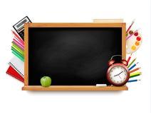 De nouveau à l'école Tableau noir avec des fournitures scolaires Photographie stock libre de droits