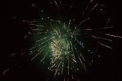 De nouvelles années de feux d'artifice d'Ève, une fusée éclate admirablement dans le ciel image libre de droits