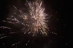 De nouvelles années de feux d'artifice d'Ève, une fusée éclate admirablement dans le ciel nocturne photo libre de droits