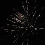De nouvelles années de feux d'artifice d'Ève, une fusée éclate admirablement dans le ciel nocturne rouge orange photo libre de droits