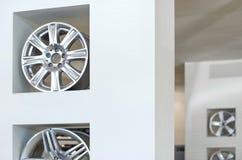 De nouvelles roues brillantes ont été présentées à la cabine Images libres de droits