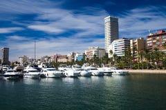 4 de novembro de 2018 - Alicante, Espanha: arquitetura moderna de uma cidade europeia, porto fotos de stock royalty free