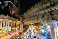 8 DE NOVEMBRO DE 2018: BANGUECOQUE, TAILÂNDIA - luz longa da noite da exposição na interseção Sião TAILÂNDIA de Ratchaprasong fotos de stock royalty free
