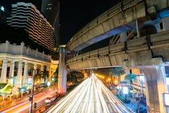 8 DE NOVEMBRO DE 2018: BANGUECOQUE, TAILÂNDIA - luz longa da noite da exposição na interseção Sião TAILÂNDIA de Ratchaprasong fotos de stock