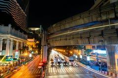 8 DE NOVEMBRO DE 2018: BANGUECOQUE, TAILÂNDIA - luz longa da noite da exposição na interseção Sião TAILÂNDIA de Ratchaprasong foto de stock royalty free