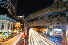8 DE NOVEMBRO DE 2018: BANGUECOQUE, TAILÂNDIA - luz longa da noite da exposição na interseção Sião TAILÂNDIA de Ratchaprasong imagem de stock royalty free