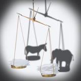 8 de novembro conceito da eleição dos EUA da escala da cédula com papel do montão Imagem de Stock Royalty Free