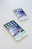 6 DE NOVEMBRO DE 2014 - BANGUECOQUE: iphone6 com o iphone6+ na tabela Foto de Stock