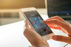 6 DE NOVEMBRO DE 2014 - BANGUECOQUE: mão da mulher que usa iphone6 Imagem de Stock Royalty Free