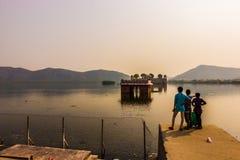 4 de novembro de 2014: Crianças no palácio do lago em Jaipur, Índia Imagem de Stock Royalty Free