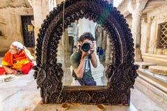 8 de novembro de 2014: Fotógrafo dentro do templo Jain de Rana Imagem de Stock Royalty Free