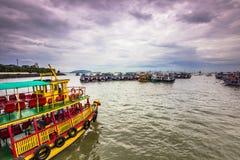 15 de novembro de 2014: Grupo de barcos da excursão na costa Mumbai, Indi Fotografia de Stock Royalty Free