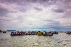 15 de novembro de 2014: Grupo de barcos da excursão na costa Mumbai, Indi Imagem de Stock Royalty Free