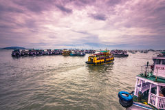 15 de novembro de 2014: Grupo de tourboats em Mumbai, Índia Fotografia de Stock