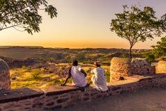 5 de novembro de 2014: Homens que olham o por do sol em Jodhpur, Ind Imagem de Stock