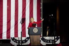 7 DE NOVEMBRO DE 2016, INDEPENDÊNCIA SALÃO, PHIL , PA - Hillary Clinton Holds Election Eve Get para fora a reunião do voto com Br Imagem de Stock Royalty Free