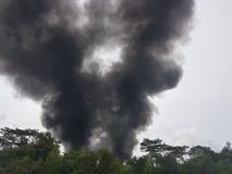 27 de novembro de 2016, Johor Fumo ardente ao lado da estrada Imagens de Stock