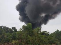 27 de novembro de 2016, Johor Fumo ardente ao lado da estrada Foto de Stock Royalty Free
