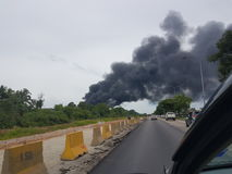 27 de novembro de 2016, Johor Fumo ardente ao lado da estrada Fotos de Stock Royalty Free