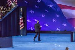 8 de novembro de 2016, o presidente de campanha para Hillary Clinton John Podesta anda afastado na noite da eleição em Jacob K Ce Imagens de Stock