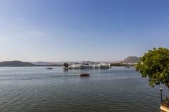 7 de novembro de 2014: Palácio do lago no lago Pichola em Udaipur, Índia Foto de Stock