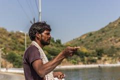 9 de novembro de 2014: Pescador em Udaipur, Índia Imagem de Stock Royalty Free