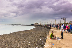 15 de novembro de 2014: Povos pela costa de Mumbai, Índia Imagens de Stock