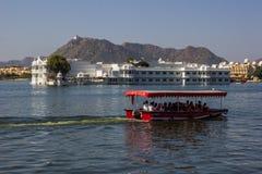 7 de novembro de 2014: Visite o barco no palácio do lago Pichola em Udaipur, Imagem de Stock Royalty Free