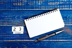 23 de novembro Imagem do calendário do 23 de novembro no fundo azul Dia da acção de graças Foto de Stock