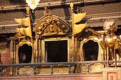 28 de novembro de 2013 o homem olha de uma janela de um dos templos dentro Imagem de Stock